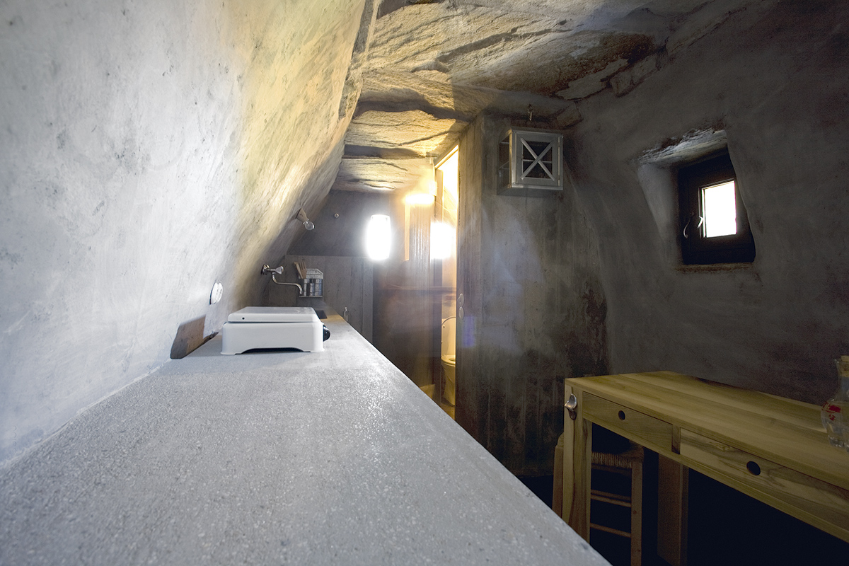 Dinning room and LPG cooking appliance, all that is needed in the rental cottage in Tinos