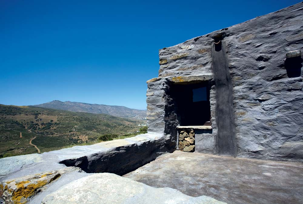 The original stone building structure of this summer retreat in Tinos island, Cyclades, was left intact and the interventions were limited to plastering the inner side of the walls, the mortar joints on the external walls and the colored concrete floors of the interior